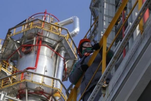 A worker looks on at the Bashneft-Ufimsky refinery plant (Bashneft - UNPZ) outside Ufa, Bashkortostan